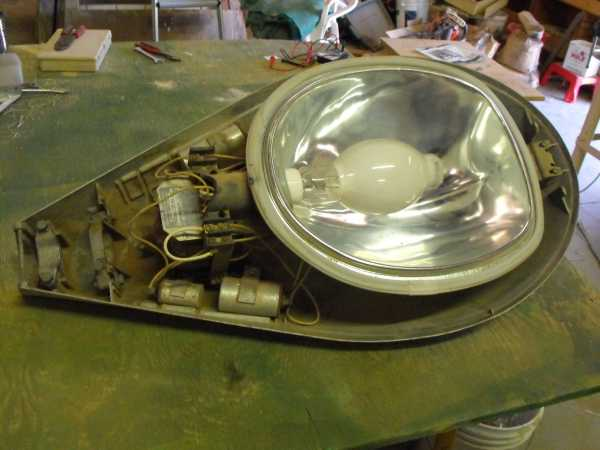 The light disassembled. & GE M-400 Street Light